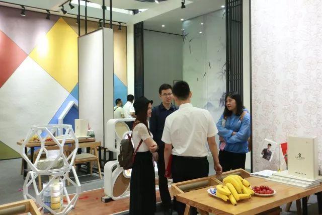 客户与北疆硅藻泥销售人员热切交流中.jpg