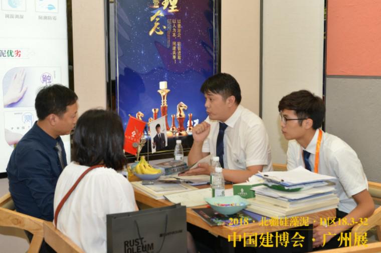 北疆硅藻泥销售精英为客户细心的讲解中.png